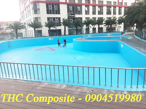Công nhân đang bọc phủ composite cho bể bơi