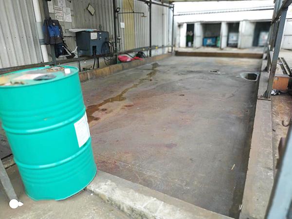 Sàn nhà kho chứa hóa chất khi chưa được bọc phủ chống thấm